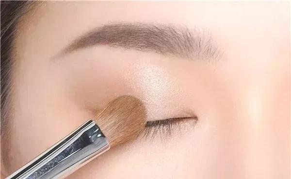 岳阳化妆学校教你今年流行的高级妆